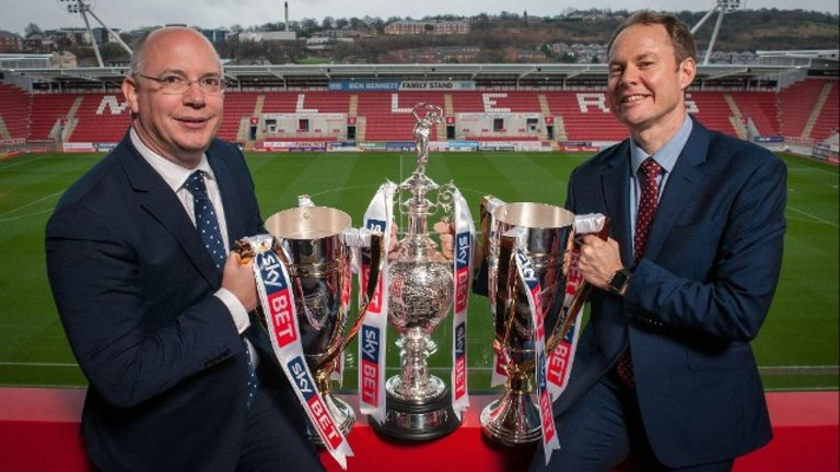 football-league-sky-bet-chief-executive-shaun-harvey-richard-flint-trophies_3391406
